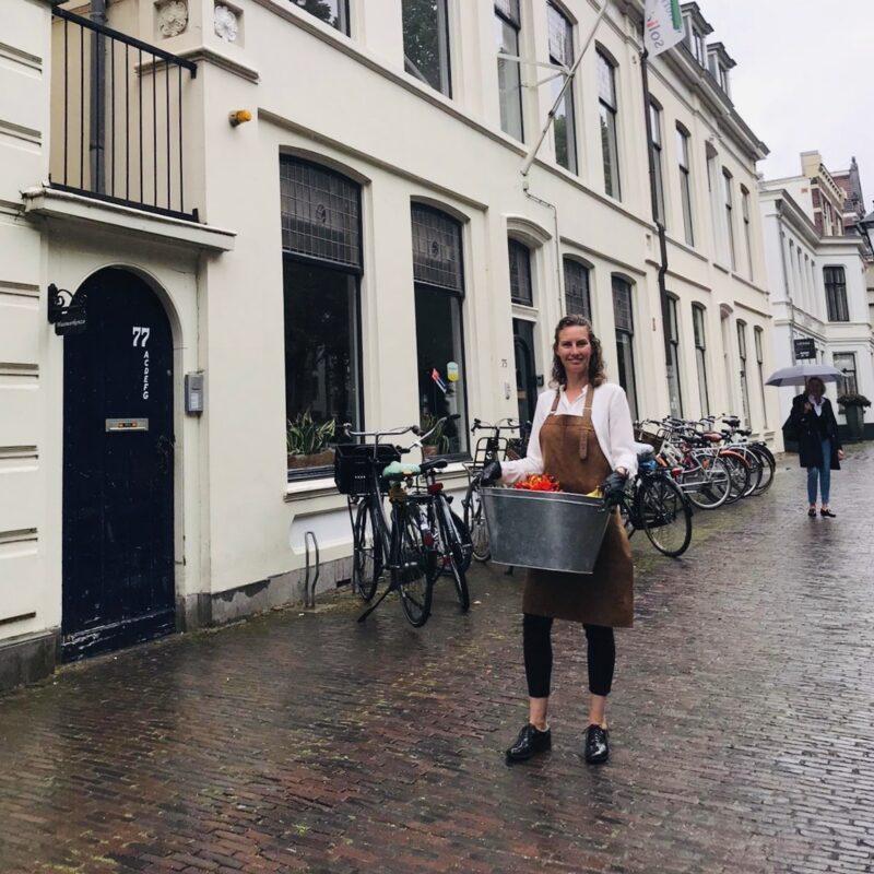 in de regen maar toch vrolijk met smoothies klanten bedanken